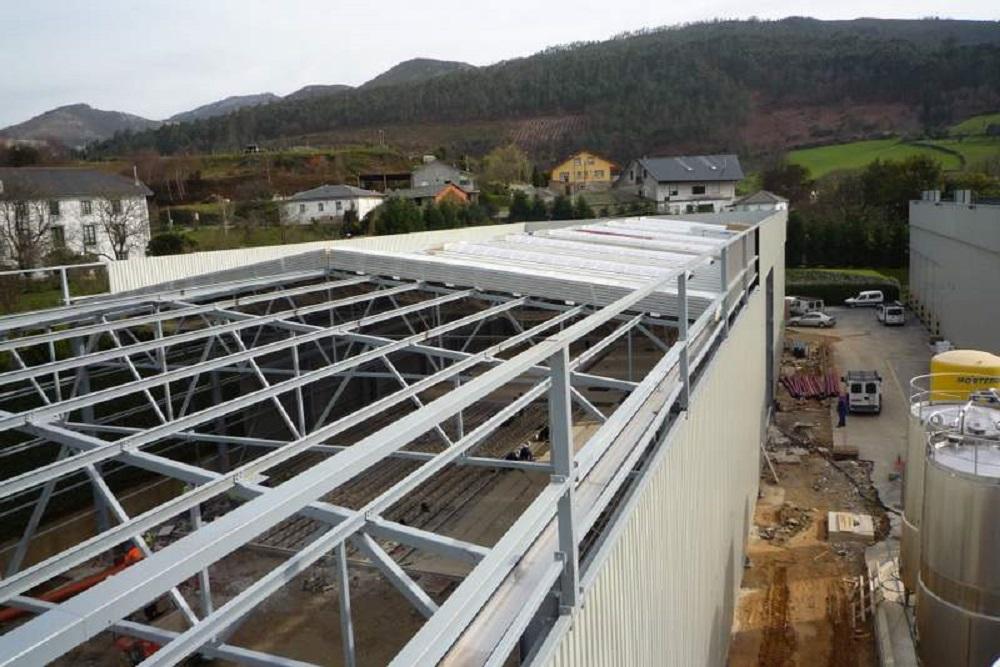 realizando trabajo de instalacion de cubierta metalica en pabellon tejados donosti